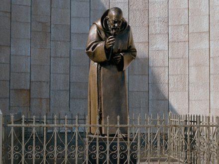 Statua in bronzo raffigurante Padre Pio